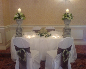 Ceremony table with urn arrangements
